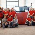 /xtredimg/2016/Additive%20Fertigung/Ausgabe177/9368/web/voxeljet_100_3D-Printer_Team_s.jpg